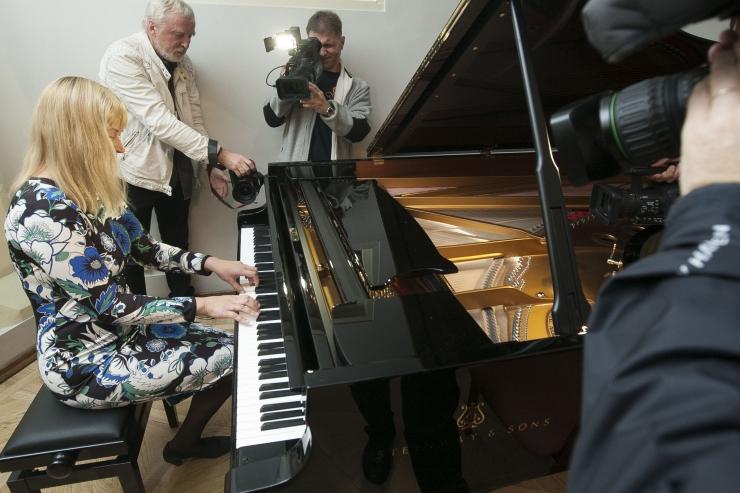 FOTOD! Aastaid oodatud Steinway klaver jõudis Mustpeade majja