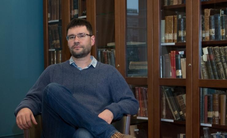 Tallinn annetab luuletaja ja tõlkija Igor Kotjuhhile raemedali