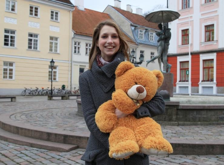 Raske puudega tüdruk sai lastefondi toel tugiisiku