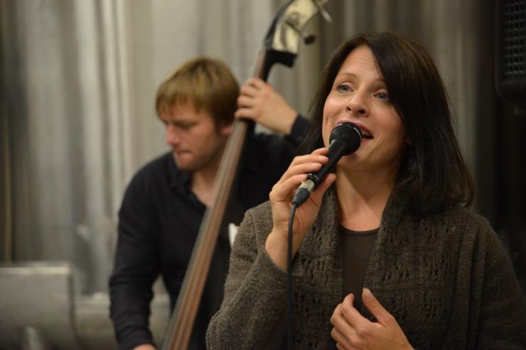 FOTOD! Muusikapäeval toimus Helin-Mari Arderi trio tehasekontsert