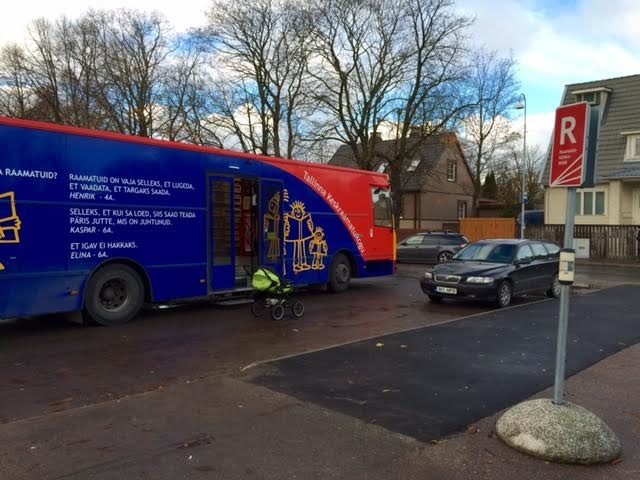 Raamatukogubussil Katarina Jeel on mure kinni pargitud peatustega