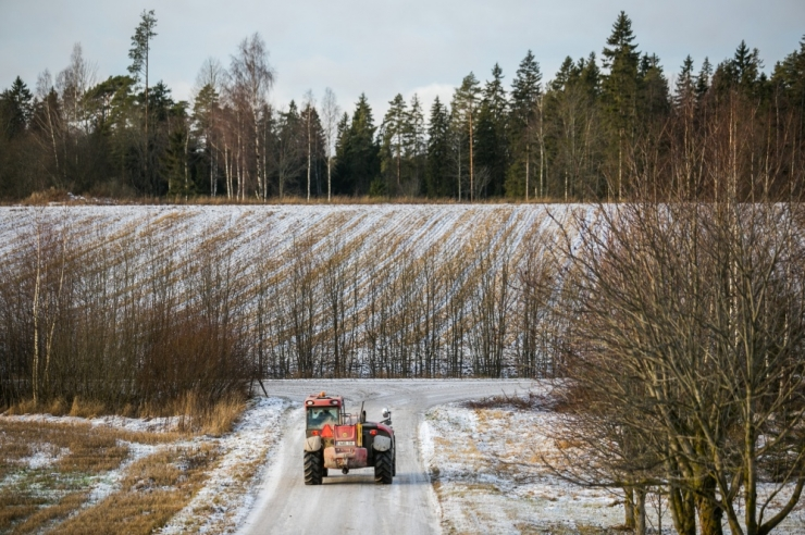 Vabatahtlikud päästsid läbi jää vajunud traktori