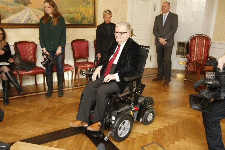 FOTOD! Edgar Savisaar sai elektrilise ratastooli