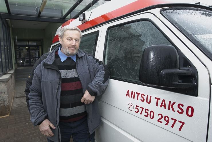 Külainimesi arsti juurde sõidutav Ants aitab seal, kus bussid juba ammu käigust võetud