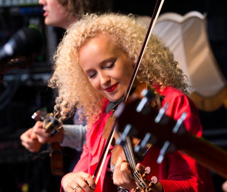TASUTA! Lillefestivali avab Curly Strings ja Marko Matvere laulab Rahvusraamatukogus kauneid mereviise