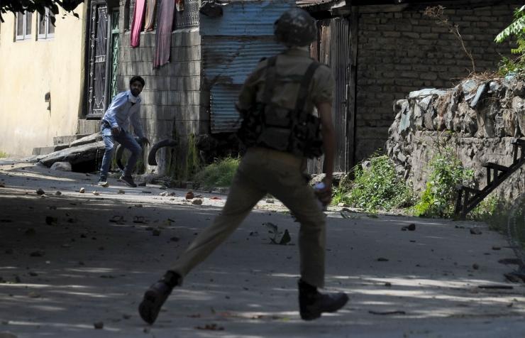 Kashmiri India poolel hukkus tulevahetuses kaks sõdurit ja mässulist
