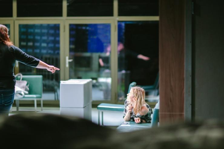 Diana Leesalu lavastab Linnateatris lugu sõltuvustest