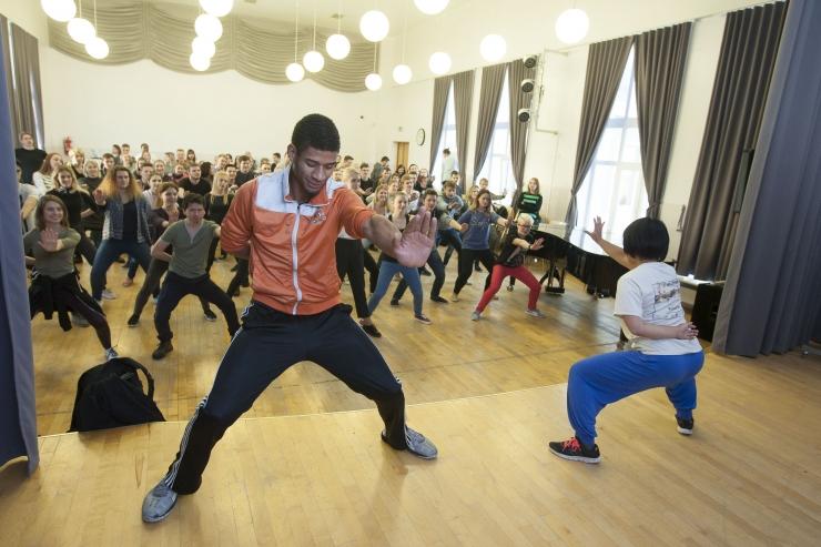 Maailma vabatahtlike etendus innustab noori muusikat looma