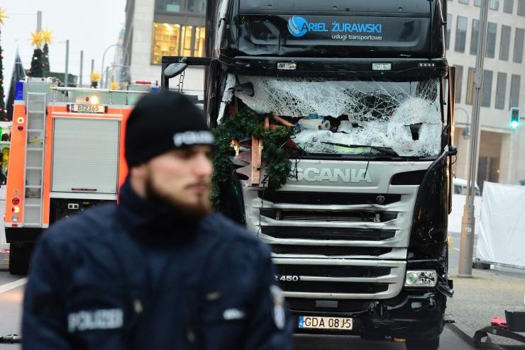 FOTOD JA VIDEO! TERRORIRÜNNAK SAKSAMAAL: Berliini jõululaata rammis veok, hukkus vähemalt 12 inimest