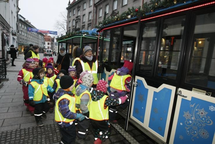 FOTOD ja VIDEO! Linnaosavanemad korraldasid lastele vanalinnas lõbusa jõulurongisõidu