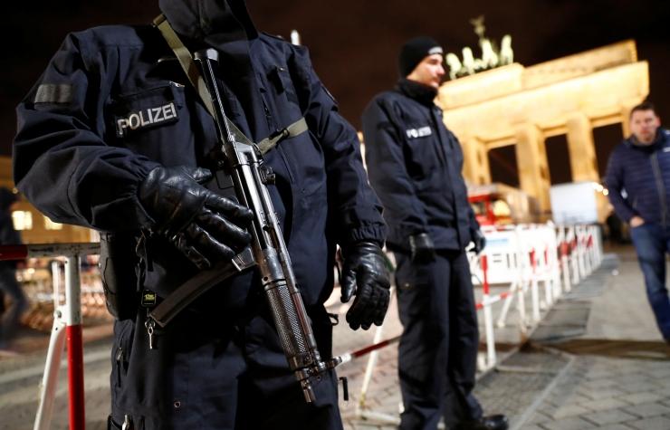 Berliini uusaastapidustusi valvavad relvastatud politseinikud