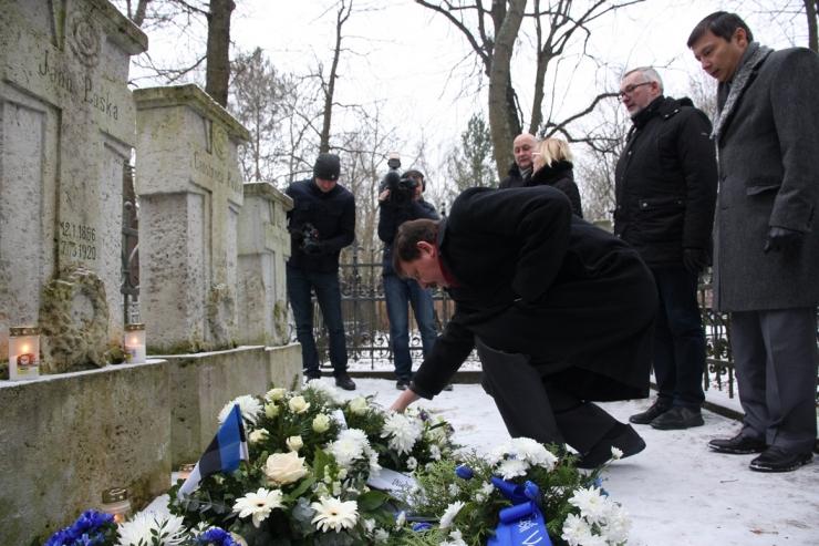 FOTOD! Abilinnapead asetasid Tartu rahu aastapäeva auks pärja Poska hauale