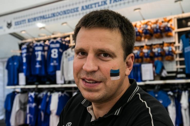 Jüri Ratas aitab korvpallimänguga heategevuslikul eesmärgi raha koguda