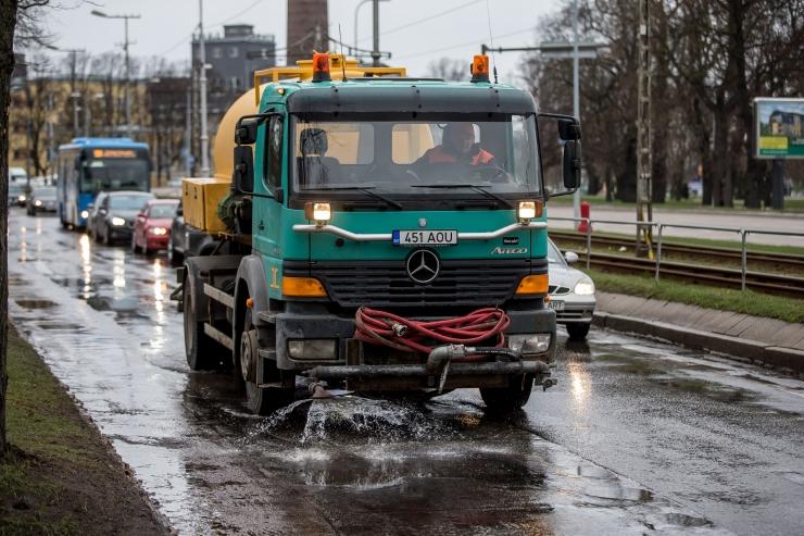 Linlane küsib abilinnapealt: mida teeb linn, et tänavad lume sulades vähem tolmaksid?