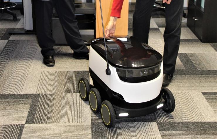 Pakirobotid soovitakse seadusega lasta jalakäijate kõrvale