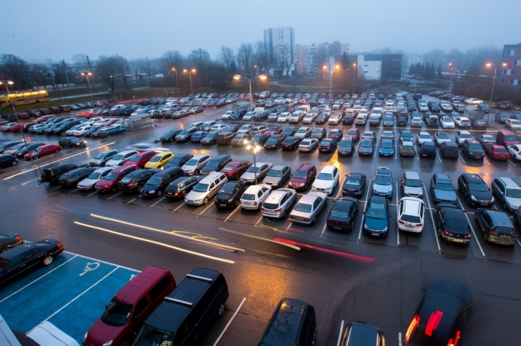 Kitsaste parkimiskohtadega poekeskuste juurde pannakse hoiatussildid