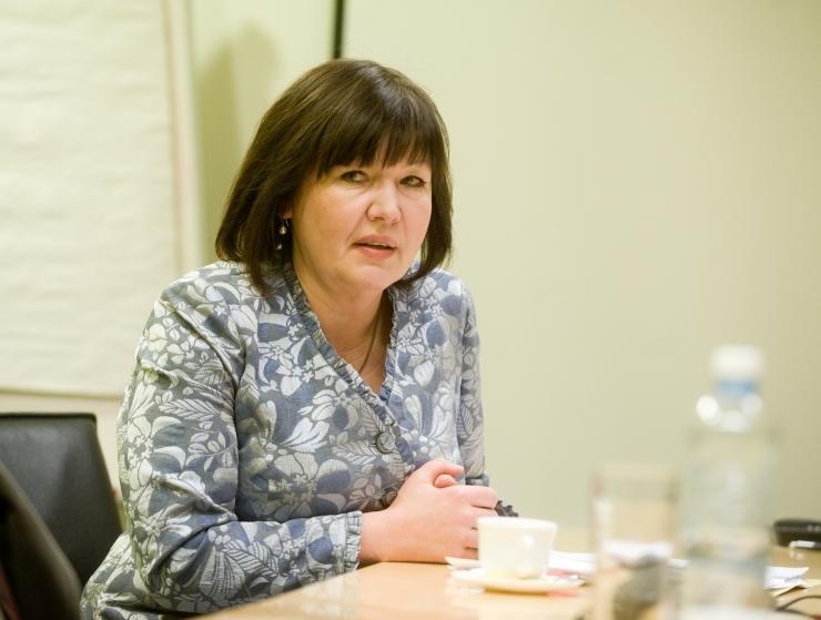Heljo Pikhof: miks peab perevägivalla ohver lahkuma kodust, kuid peksja võib seal telerit edasi vaadata?
