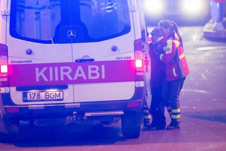 Narvas sai noor mees pussitamise läbi raskelt vigastada