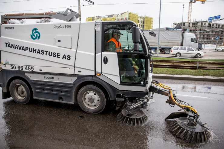 Kevadisteks koristustöödeks on väljas kogu tänavapuhastustehnika