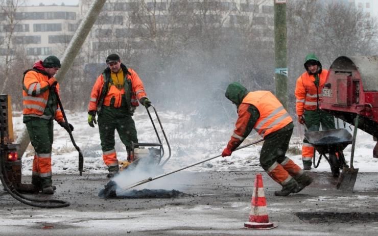 Tallinn alustab suvise asfaldiseguga tänavaaukude lappimist
