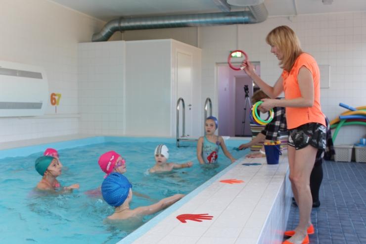 FOTOD ja VIDEO! Järveotsa lasteaia lapsed saavad taas ujumise algõpet