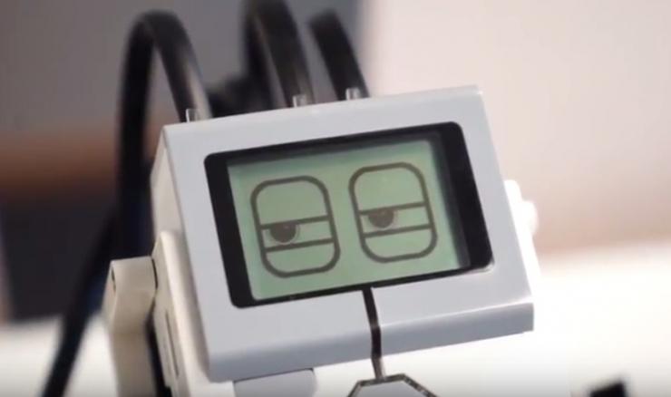 VIDEO! Tulevik on käes: Eesti mobiilifirma võtab tööle innuka roboti