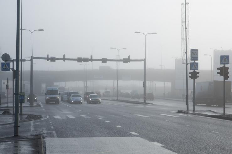 Teedel piirab nähtavust udu