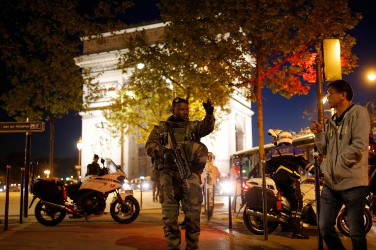 FOTOD JA VIDEO! Pariisi kesklinnas sai tulistamises surma politseiametnik, vastutuse võttis Islamiriik