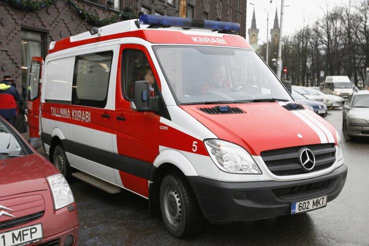 Järsult pidurdanud bussis sai kaks reisijat vigastada