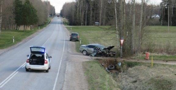 Põlvamaal juhtunud liiklusõnnetuses said viga ema ja kaks väikelast