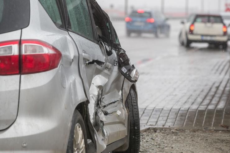 Haapsalus sõitis joobes juht lapsi täis autoga kraavi