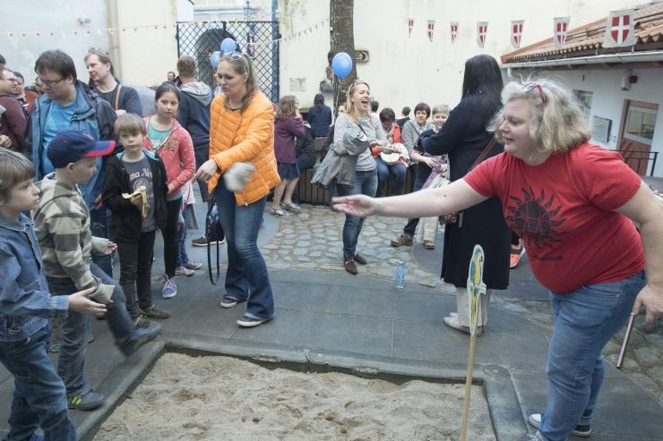 FOTOD! Linnamuuseumis sai muuseumiööl proovida viikingite mänge