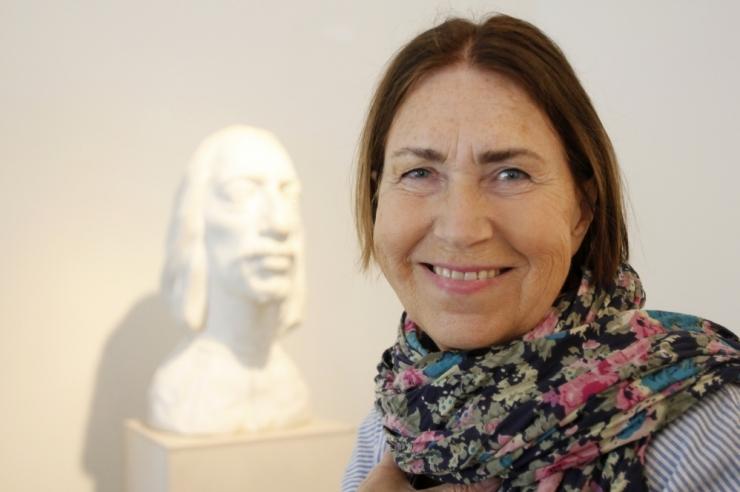 Mare Mikoff sai raekojas kätte Kristjan Raua kunstipreemia