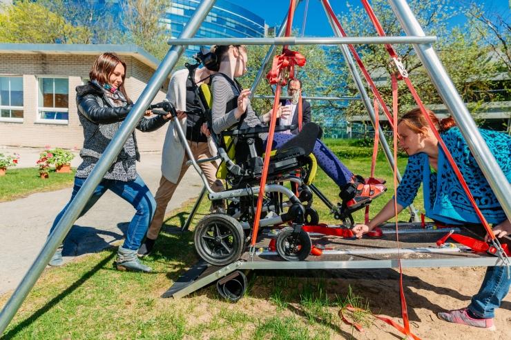 FOTOD! Eesti suurim erivajadustega laste kool sai ratastoolikiige