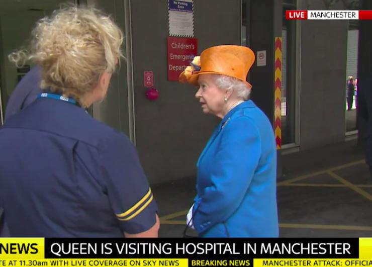 Kuninganna saabus Manchesteri lastehaiglasse vigastatuid vaatama