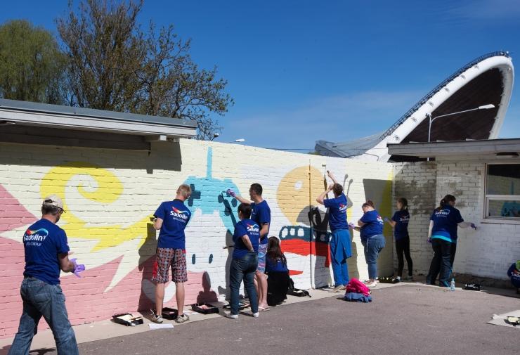FOTOD! Noored maalisid Tallinna Lauluväljakule uue ja rõõmsa näo