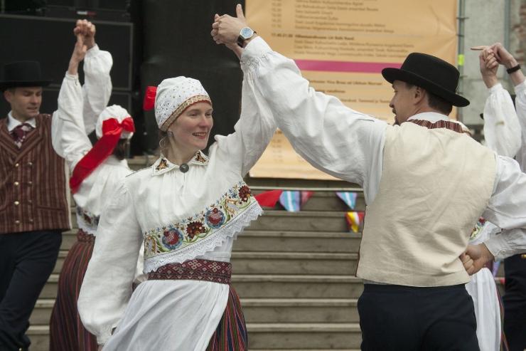 """FOTOD JA VIDEO! Rahvatantsuansambel """"Leesikad"""" kutsus pealtvaatajaid kaasa tantsima"""