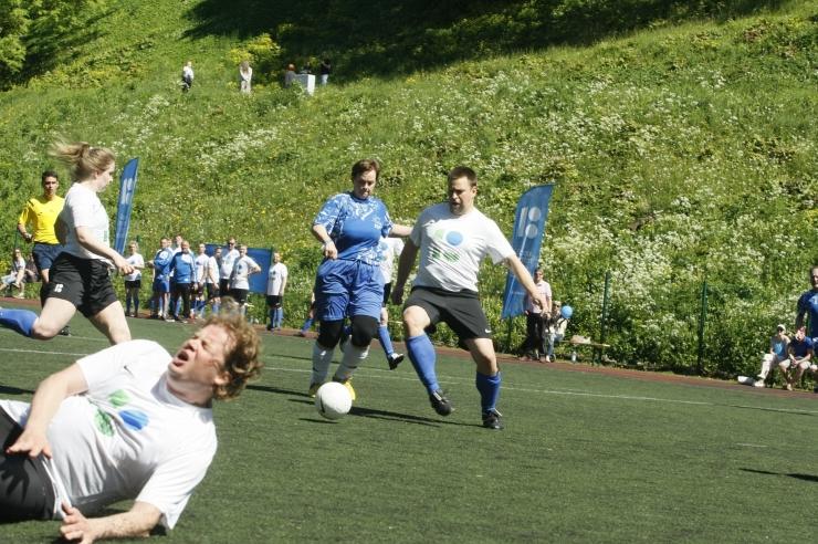 FOTOD! Eesti ja Soome peaministrid pidasid maha vägeva jalgpallilahingu
