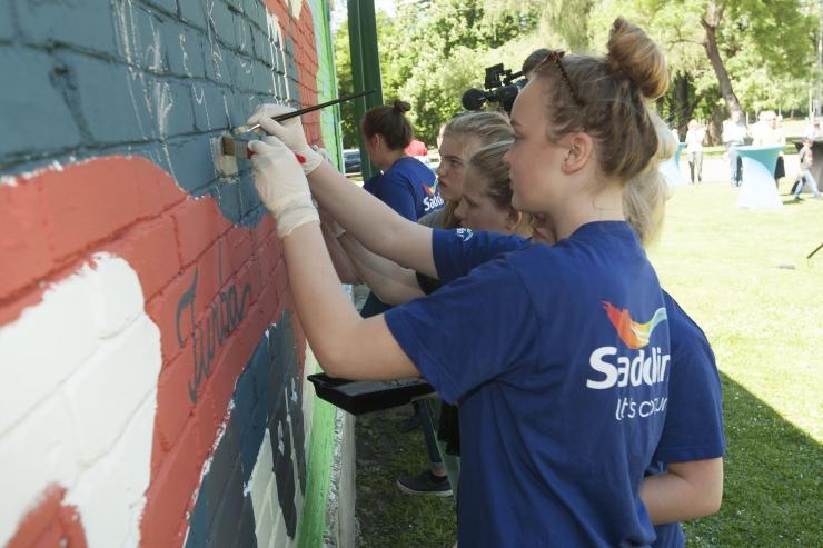 FOTOD JA VIDEO! Noored värvisid ja maalisid Tallinna Lauluväljakule uue ja rõõmsa näo