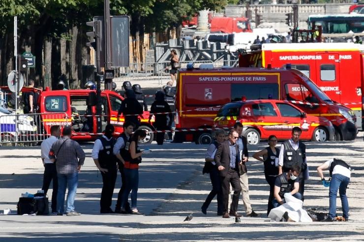 FOTOD! Pariisis rammis auto politseibussi, süttis põlema