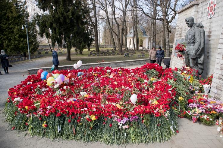 Vene diplomaadid ja sõjaveteranid viisid pronkssõduri juurde lilli