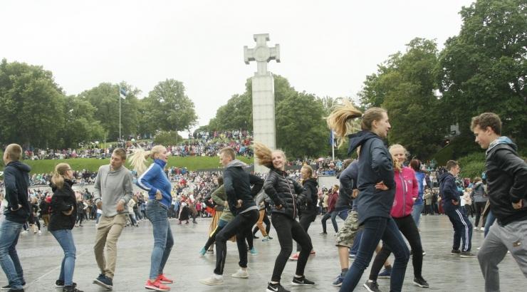 VIDEO JA FOTOD! TANTSUD EI JÄÄNUD TANTSIMATA: Rahvatantsijad tulid ise Vabaduse väljakule tantsima!