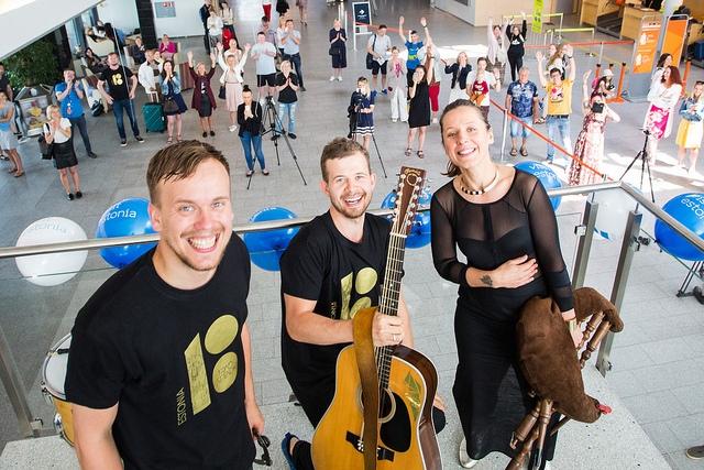 FOTOD! Trad.Attack! üllatas Tallinna Lennujaama külalisi minikontserdiga