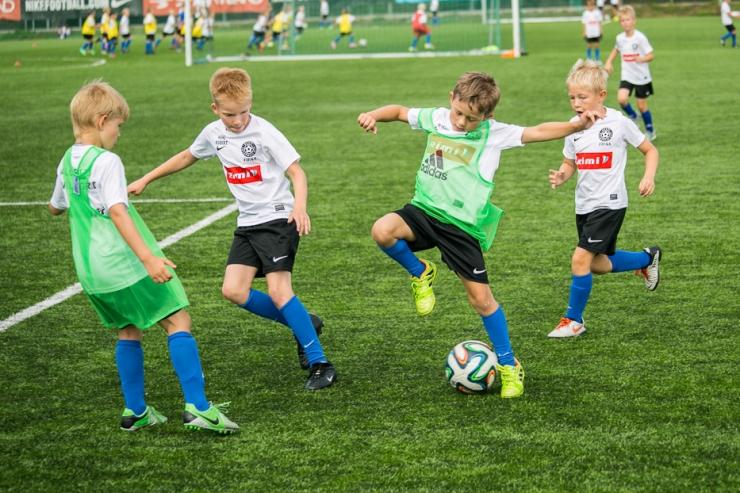 Noored harrastusjalgpallurid võistlevad Sportland Arenal