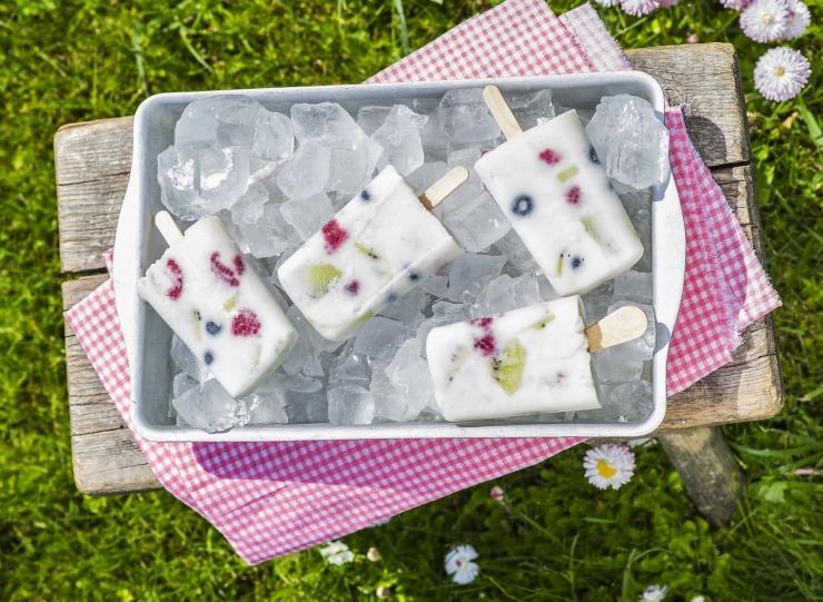 RETSEPT! Jahutav maius piimaletilt: jogurti-marja pulgajäätised