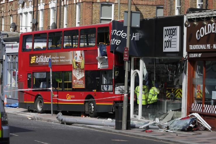 Londonis sõitis buss rahvarohkel tänaval poodi
