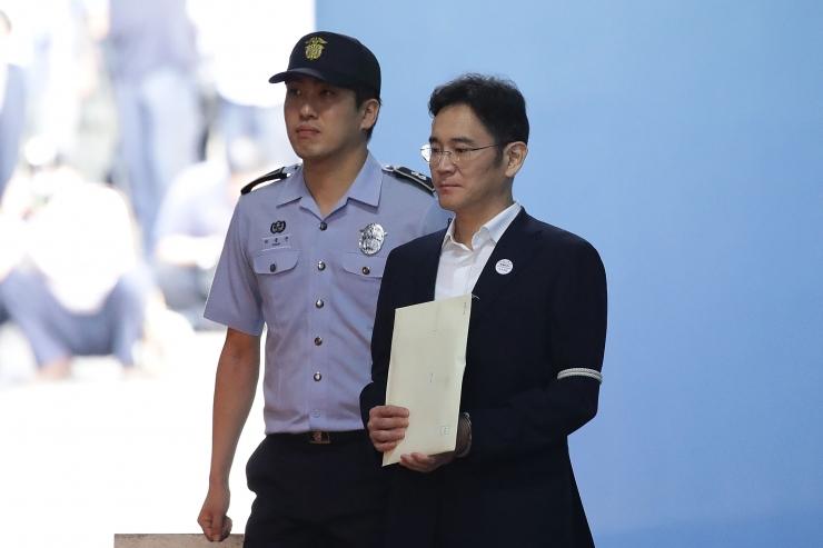 Lõuna-Korea tagandatud presidendi toetuseks kogunes tuhandeid inimesi