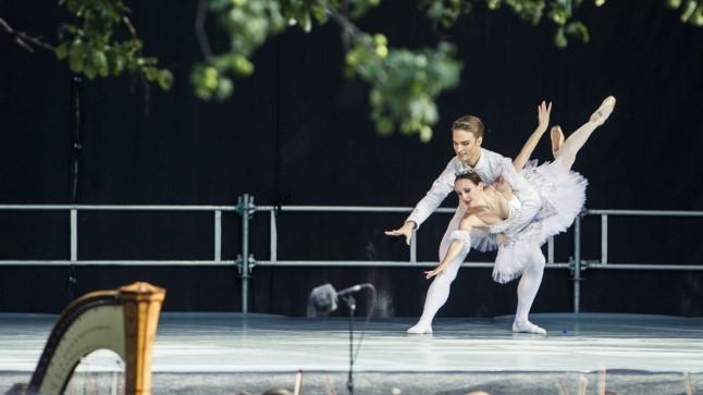 Rahvusooperi teatrilaat toimub tugevale tuulele vaatamata õuealal