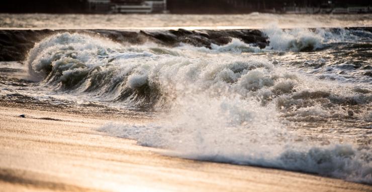 Tormituul toob Läänemerele kuni neljameetrised lained, laevaliiklus on häiritud