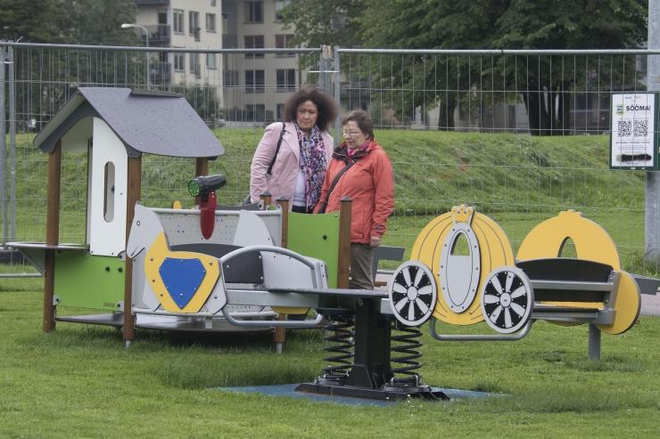 FOTOD JA VIDEO: Tallinn kingib riigi sajandaks sünnipäevaks linna lasteaedadele uued mänguväljakud